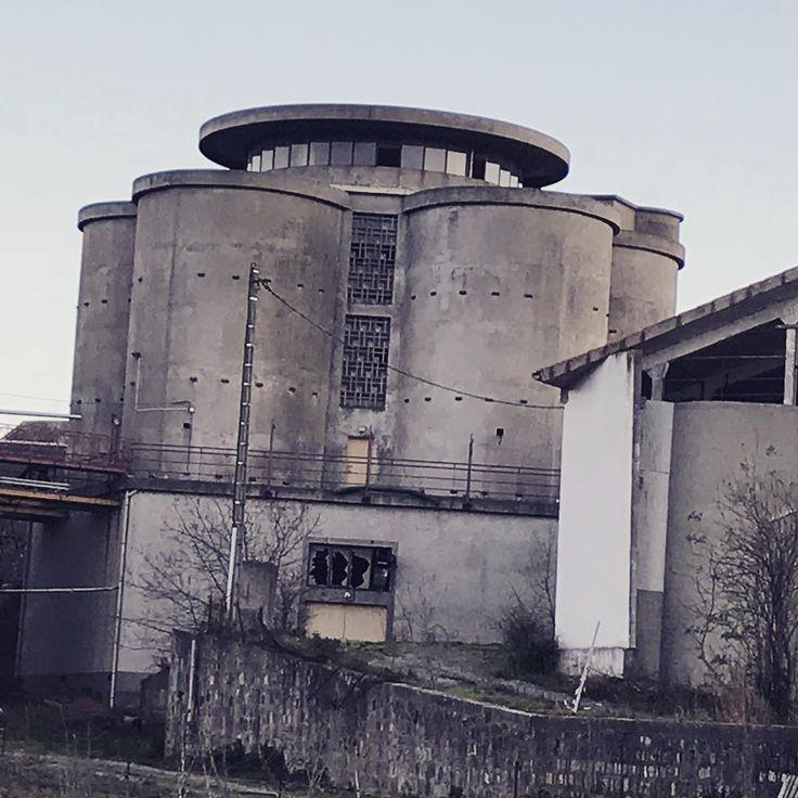 Une friche industrielle qu'apprécieraient les adeptes d'#urbex . Une ancienne coopérative agricole aux allures de château médiéval. #audetourisme #aude