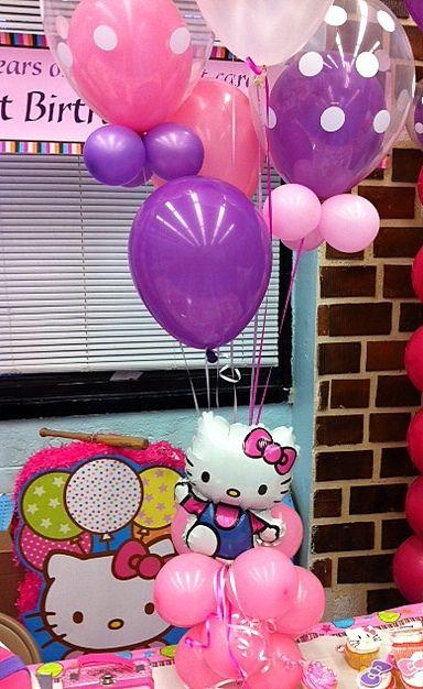 Centro de mesa con globos de punticos para fiesta Hello Kitty. #FiestaHelloKitty