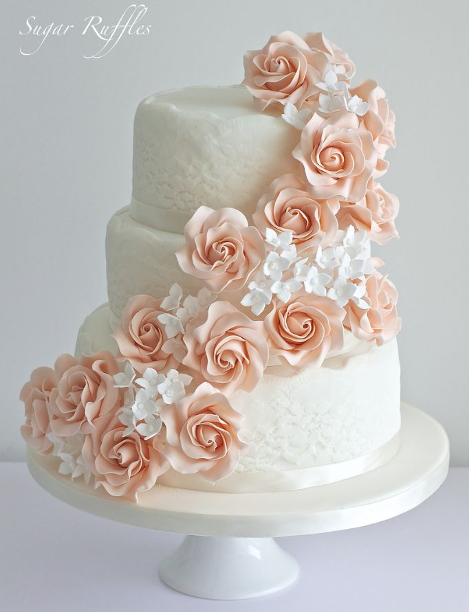 Zarte Hochzeitstorten aus Zuckerrüschen. Um mehr zu sehen: www.modwedding.co … #we …   – Torten