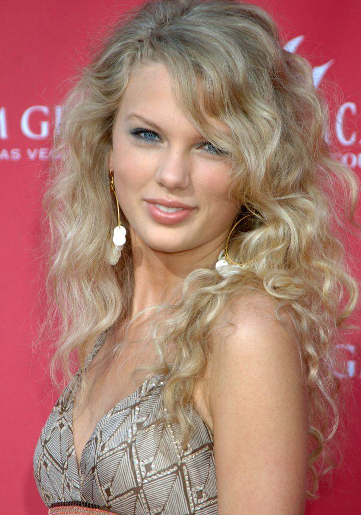 Pin for Later: Taylor Swift: De Jeune Star De La Country à Femme Fatale 2006