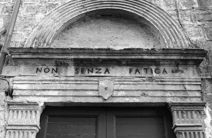 Non senza fatica. Ascoli Piceno, Via Annibal Caro 44.