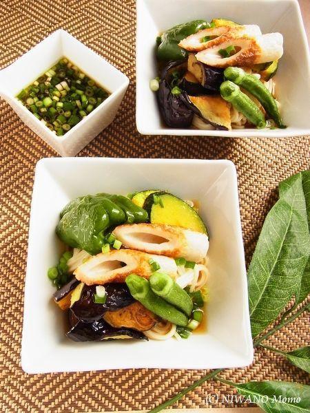 素揚げした茄子と夏野菜でいただく冷やしうどん。とろりととろける茄子に夏野菜の甘みが際立って、あっさりなのに食べごたえのある味に。野菜は多めの油で揚げ焼きするだけでもOKです。