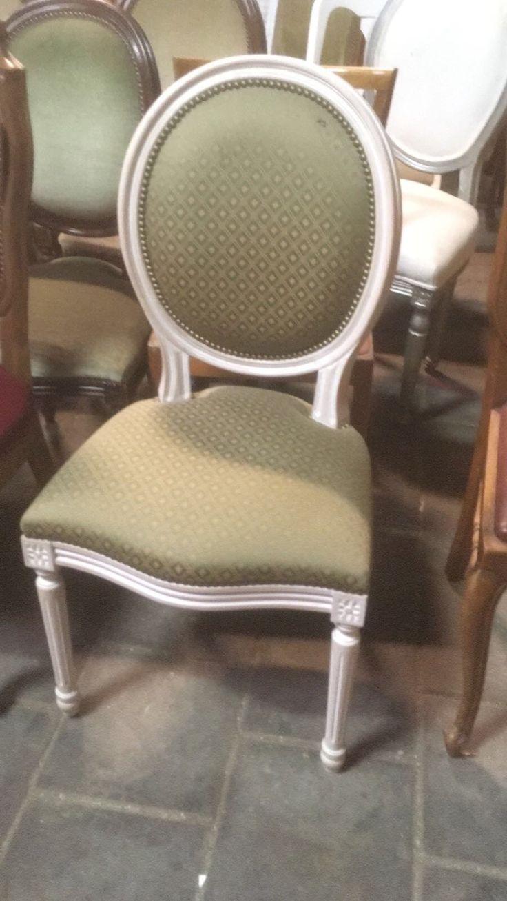 Gestoffeerde stoelen. Van kersen rood, naar wit houtwerk en van bruine bekleding naar licht groen en witte bekleding. Op aanvraag van zakelijke klant.