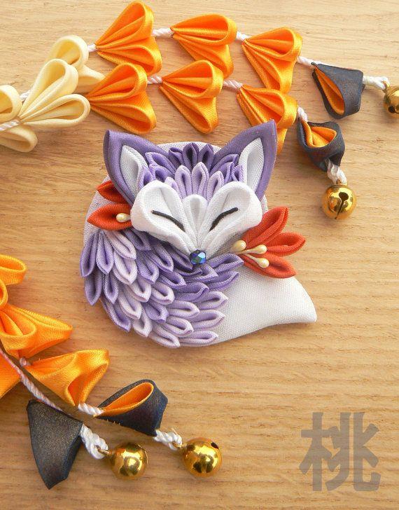 Broche en forma de un pequeño zorro que duerme. Perfecto para un look único. Diámetro máximo 6 cm. Puede pedirse con cualquier estilo y color porque tenemos una gran variedad de telas. El producto es durable pero debe manejarse con cuidado que la artesanía requiere, no la remoje.  El Tsumami zaiku, la técnica para crear estas joyas, es de la antigua cultura japonesa, donde, en el período Edo, las mujeres comenzaron a usar su pelo se reunieron y decorarlos con clips llamadas Kanzashi…