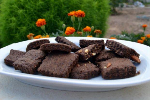Για τους λάτρες των υγιεινών, φτιάχνουμε μπισκότα «σοκολατένια» στην όψη, μπισκότα με τη φυσική γλύκα του χαρουπάλευρου και του χαρουπόμελου
