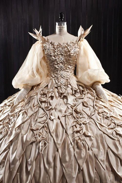 【画像 1/7】石岡瑛子の遺作「白雪姫と鏡の女王」の衣装展が開催 | Fashionsnap.com