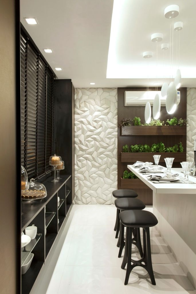 Cozinha preta, branca e bronze com acabamentos modernos e horta - linda! PAREDE DA HORTA REVESTIDO COM CIMENTÍCIO 3D DA SOLARIUM BRANCO, LINHA SYNAPSIS