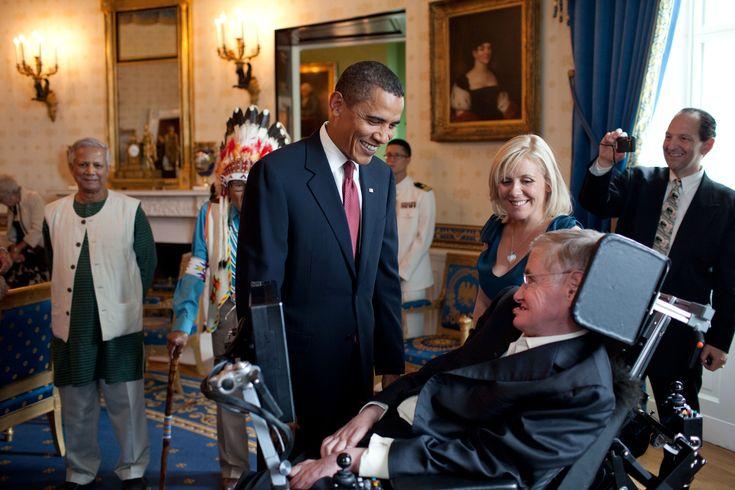 """1942 yılında İngiltere'de dünyaya gelen Hawking'in yaşamı, çocukluk ve gençlik yıllarında neşeli ve zeki özellikleriyle normal olarak devam ediyordu. 1965 yılında evlendiği kız arkadaşı, dilbilim öğrencisi Jane Wilde ile mutlu bir aile yaşantısında iki oğlu ve bir kızın dünyaya geldi. Ancak o yıllarda ALS (Amnyotrophic Lateral Sclerosis) yani """" motor nöron"""" hastalığına yakalandı. Bu hastalık hayatının sıkıntılı, tekerlekli sandalyeye mahkum sürecinin de başlangıcıydı."""