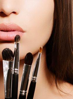 Confira 6 truques para você não ter que quebrar a cabeça tentando encontrar atalhos e maneiras de agilizar o processo de se arrumar pela manhã e nem ter que sacrificar sua rotina de beleza