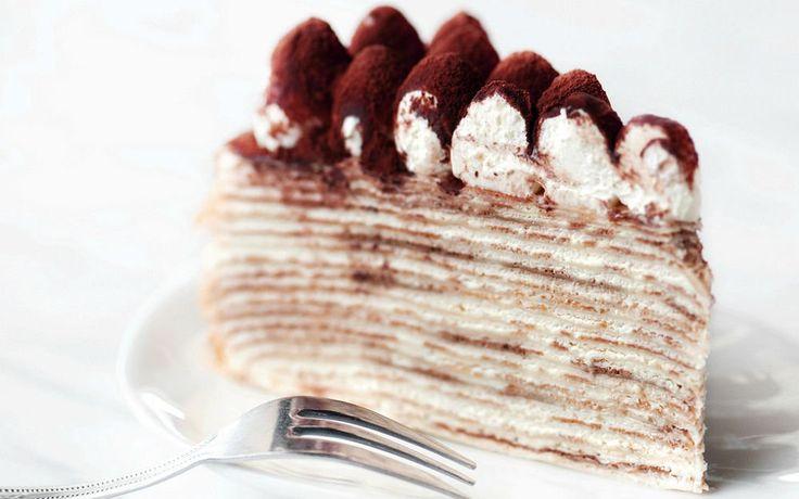 """İncecik kreplerden hazırlanan Fransızların meşhur pastası """"Mille Crepes Cake"""". Tiramisu kremasıyla üst üste dizilen krepler, seksi bir pastaya dönüşüyor."""