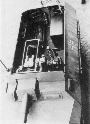 """Una buena fotografía del compartimento de tropa de un stummel. Fijaos en el asiento del apuntador del cañón y el periscopio que utilizaba. La """"caja"""" de la esquina a la derecha es el equipo de radio."""
