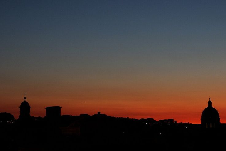 Venere e Giove si sono stretti in un 'abbraccio cosmico' la sera del 27 agosto, proprio sopra l'orizzonte immersi nella luce calda del tramonto.