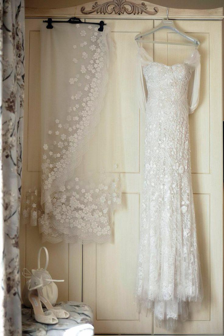 Wedding dress Monique Lhuillier Veil Oscar de La Renta