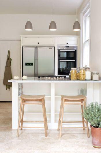 我が家のキッチンをカフェ風に見せるおしゃれアイディア5選 | キナリノ カウンターキッチンに三連ライトで雰囲気がグッとカフェ風に。
