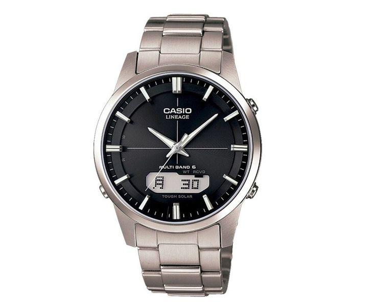Casio Zendergestuurd & Solar LCW-M170TD-1AER. Een mooie en elegant horloge met vele mogelijkheden. Dit horloge heeft een zwarte stalen band en kast. De wijzerplaat is ook zwart. De index en wijzers hebben een fluorescerende laag en lichten op in het donker als het horloge kort daarvoor aan het licht is blootgesteld. De oplaadbare batterij krijgt zijn energie van de wijzerplaat die tevens als lichtcel functioneert. Als de batterij helemaal vol is heeft deze een energieresereve van ca. 4…