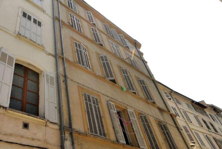 L'Affaire du Marquis de Sade. Au n°15 bis de la Rue d'Aubagne, à l'angle de la rue Longue-des-Capucins, se déroula le 27 juin 1772 chez Mariette Borrelly l'évènement à l'origine de l'affaire dite de Marseille qui fut l'un des grands scandales de la vie du Marquis de Sade.   Marseille