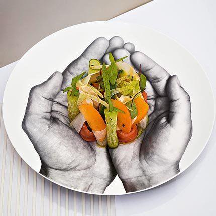 Saumon mariné, avocat grillé, abricot de Jean Imbert - Mettre le filet de saumon à mariner 24h dans un mélange de sel et de sucre avec différents aromates (coriandre, badiane, clou de girofle). Couper les avocats en deux et les griller comme une viande puis les mixer. Découper les abricots et les différents légumes et herbes du jardin puis les assaisonner à l'huile de noisette. Disposer les légumes, le saumon coupé en morceaux et l'avocat joliment sur une assiette et décorer avec les herbes.