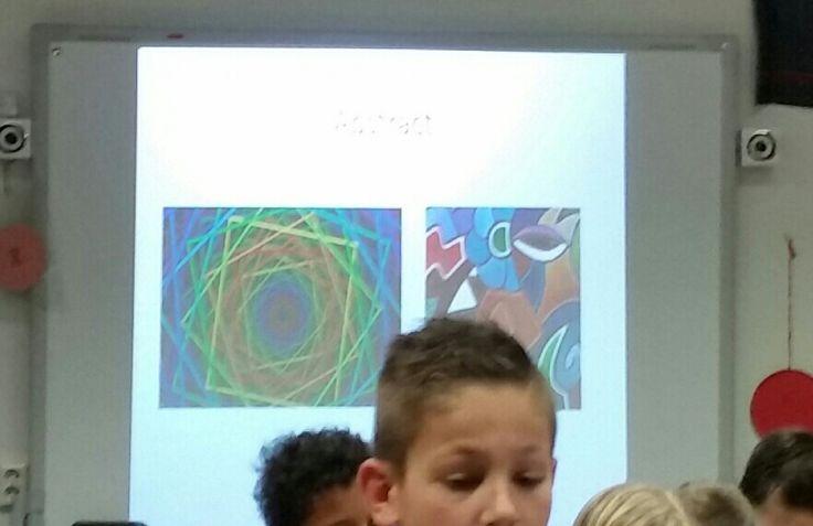Les over Abstract. In deze les heb ik met de leerlingen eerst naar realistische afbeeldingen gekeken en ze laten vertellen wat ze zien. Vervolgens heb ik de leerlingen abstracte afbeeldingen laten zien. De leerlingen hebben daar in tweetallen over gesproken en met elkaar besproken wat ze zien in een afbeelding. Als opdracht hebben de leerlingen van mij een rond papier gekregen waarop ze een abstracte tekening mochten maken.
