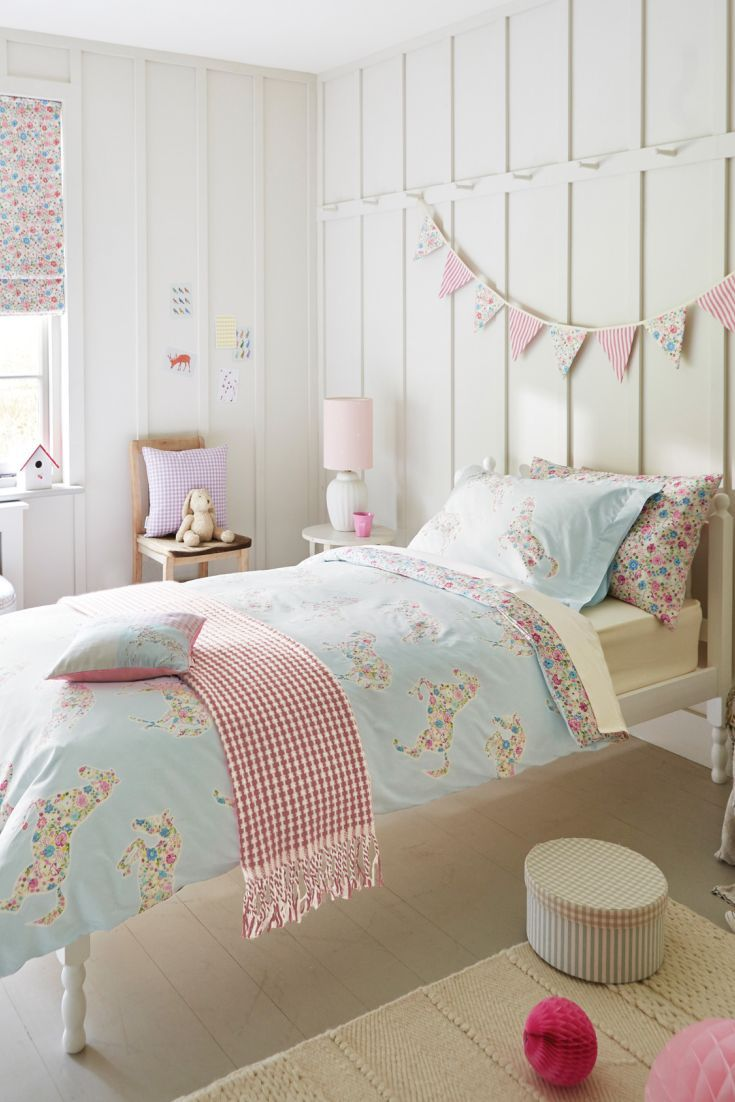 This Pretty Ponies duvet set is perfect for an animal lover. This cute duvet covers, pillowcases, and cushions in a pretty horse design with a cute ditsy floral print.