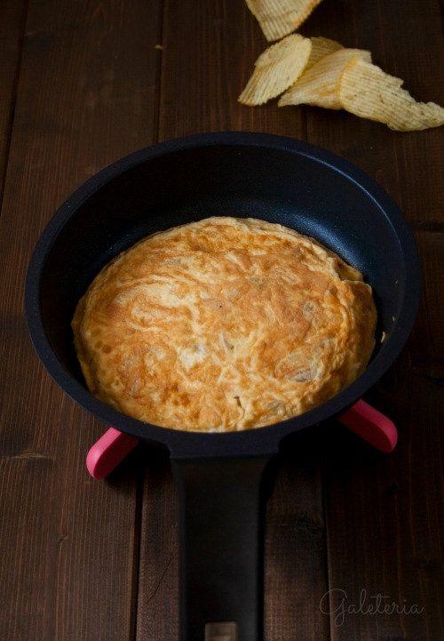 Receta de tortilla de patatas chips con fotos paso a paso. Receta del libro la cocina de la familia de Ferran Adrià.
