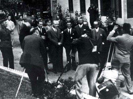 BÜYÜK ÖNDER ATATÜRK YALOVA'YA SON KEZ 73 YIL BUGÜN GELMİŞTİ-22 OCAK 1938 - Yalova'da Termal Oteli açıldı.Büyük Önder Atatürk'ün Yalova'da en son çekilmiş bu fotoğrafında, 1938 Ocak Ayında Termal Otelin açılışını yaparken görüyorsunuz. Büyük Önder Atatürk, Yalova'ya son kez 73 Yıl önce, 1938 Ocak ayında Yalova Termal Otelinin açılışı için gelmişti.