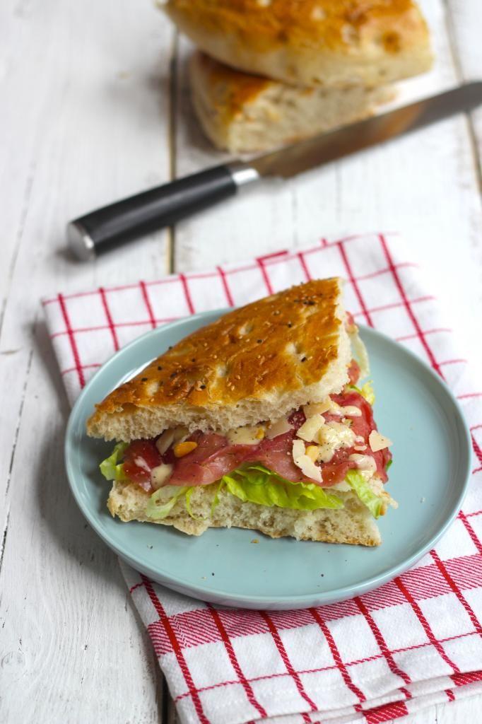 Broodje carpaccio met honing-mosterd dressing - Lekker en Simpel