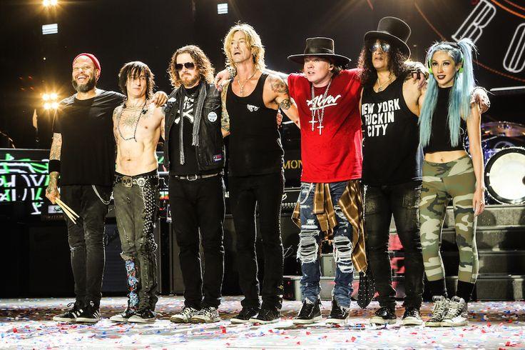 Guns N' Roses выпустят лимитированную капсульную коллекцию одежды в честь годовщины альбома - http://rockcult.ru/news/guns-n-roses-maxfield-bravado-release-clothing-line/