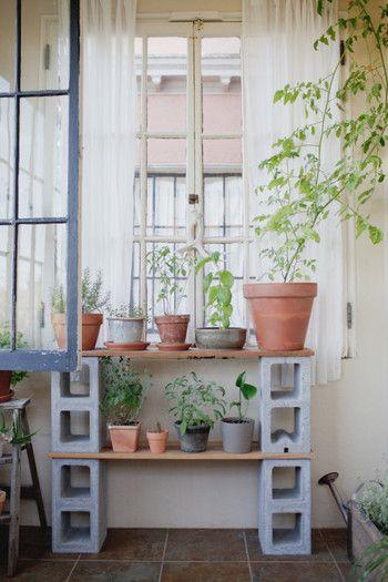 観葉植物の置き場として。ブロックの穴をあえて正面に向けることで、個性的な雰囲気に。
