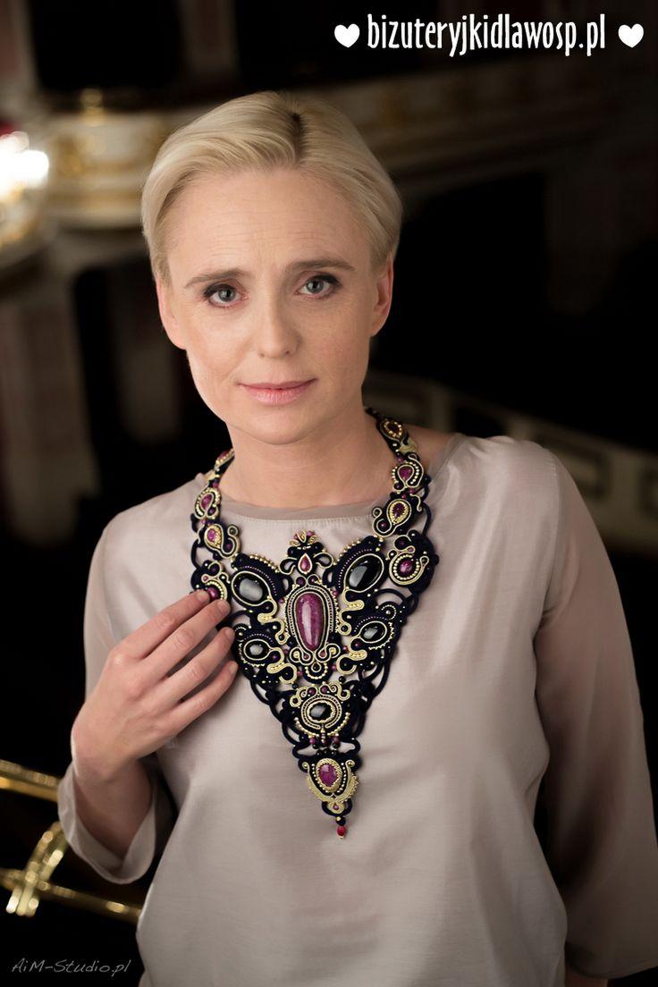 http://aukcje.wosp.org.pl/kolia-queen-elizabeth-rubiny-szafiry-bizuteryjki-i1227132