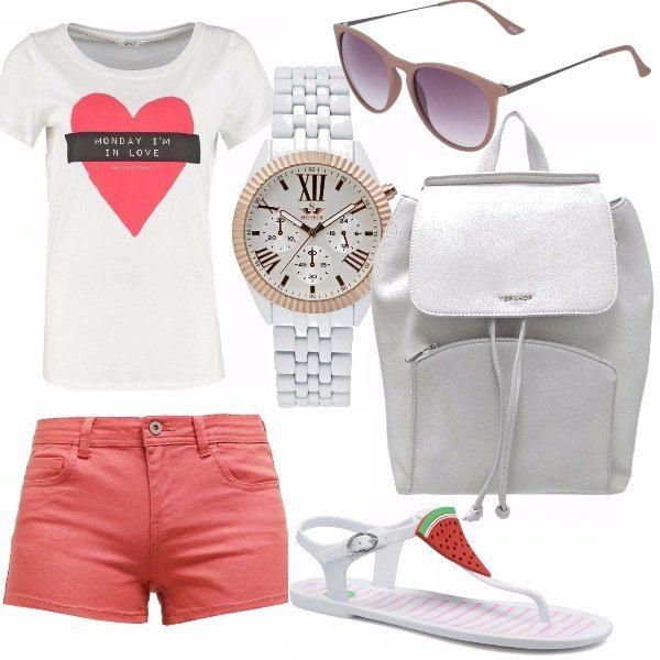 Un look semplice, casual e comodissimo. Short no denim, a vita bassa abbinati ad una t-shirt con stampa. Zainetto bianco e infradito scherzose e colorate. Tutto rigorosamente in tinta.
