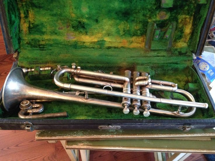 Gorgeous trumpet in original case. I looked the serial number up and it is from 1926.