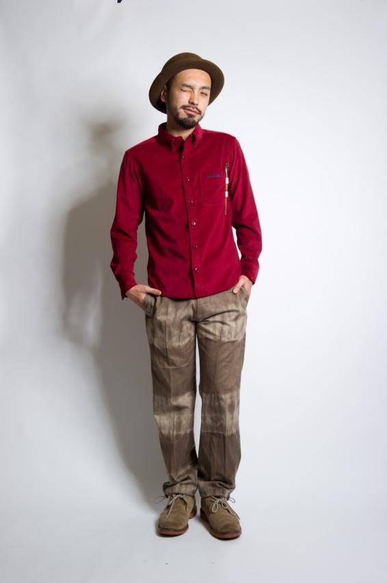 細畝のコーデュロイ地を使用したクラシックな型を継承したシャツ。  胸元のループはクライミング時に必要なブラシを装着可能。  日常的にペン差しなどとしても流用可能なデイリーシャツ。