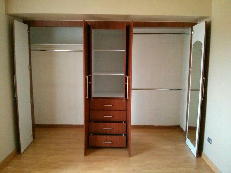 Amplio closet de puertas batientes nuestros closets for Ideas para puertas de closet