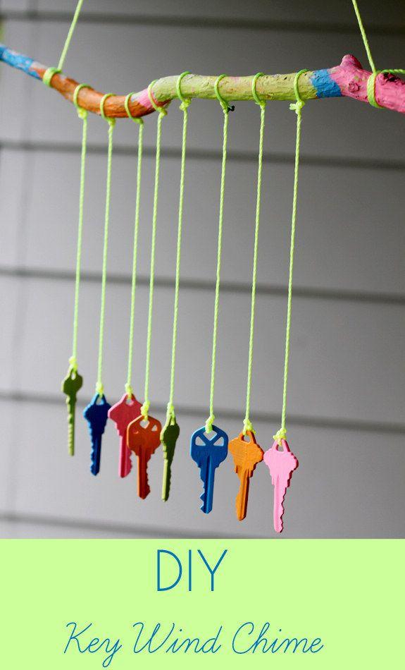 Faça um senhor dos ventos com chaves velhas e tinta acrílica. | 51 soluções econômicas e geniais que você pode fazer em seu quintal