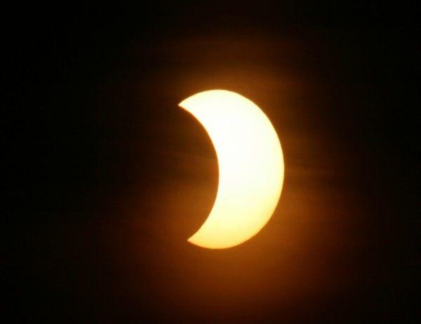 Si hace unos días disfrutábamos (aunque fuese a través de internet) de un eclipse total de Luna, la bóveda celeste nos vuelve a sorprender el próximo jueves 23 de octubre con un eclipse parcial de Sol que coincidirá con el novilunio o fase de luna nueva. Solo se podra ver en ESTADOS UNIDOS y en CANADA.
