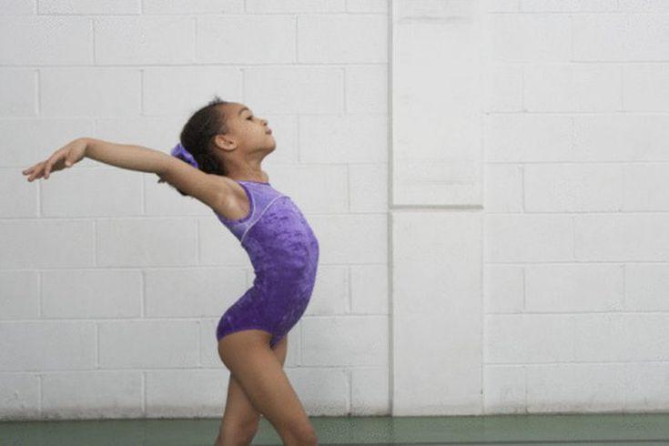 Requisitos de gimnasia intermedia. Los estudiantes de gimnasia intermedios han desarrollado la fuerza y la flexibilidad que necesitan para progresar en el suelo, viga, barras y salto con base. Aunque cada entrenador y gimnasio pueden fijar sus propias metas para el progreso, la mayoría de los ...
