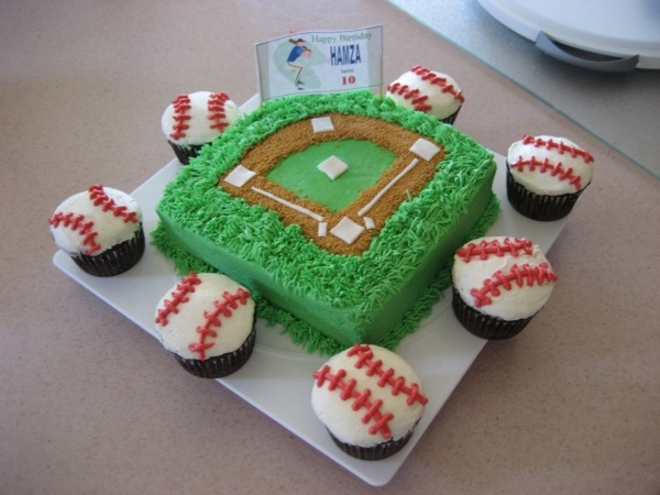 baseball field grooms cake with baseball cupcakes but make with detroit tigers