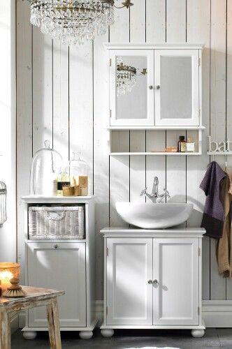 Lantligt badrum från Ellos - lite för mycket grejer på vissa ställen men älskar kuporna med tvål och kristallkronan :)