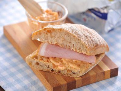 イタリアのパン・チャバッタに、さっと塗って、ハムを挟むだけで、簡単サンドイッチの出来上がり。 - 74件のもぐもぐ - デンマークバタースプレッド(セミドライトマト) by アンデルセン |公式アカウント