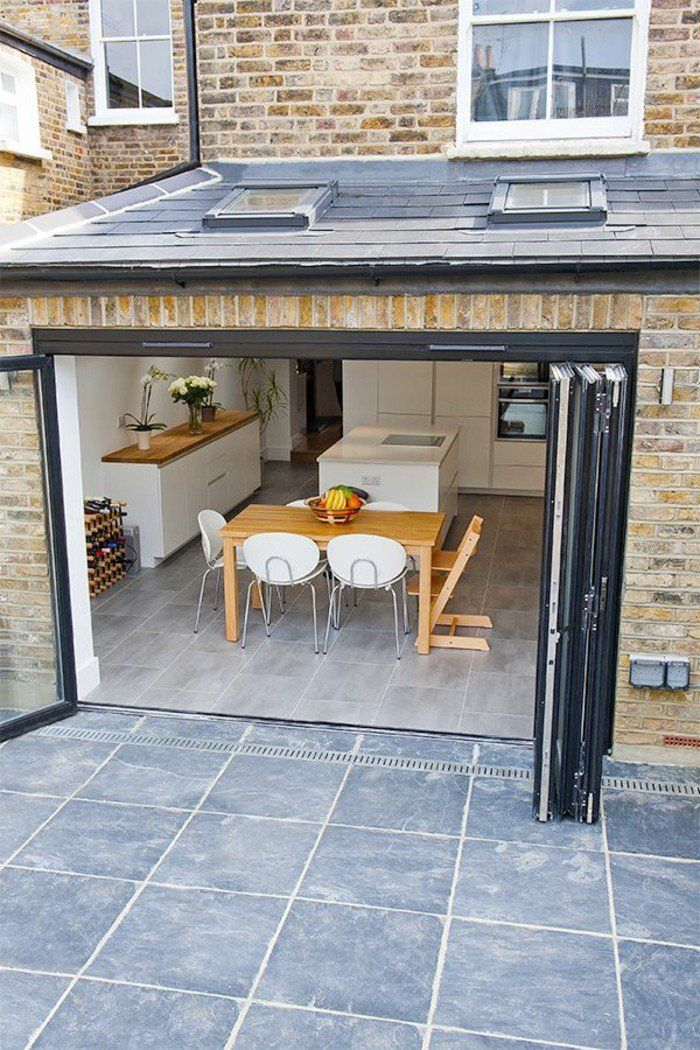jolie porte kz pliante pour la maison moderne avec sol en carrelage gris