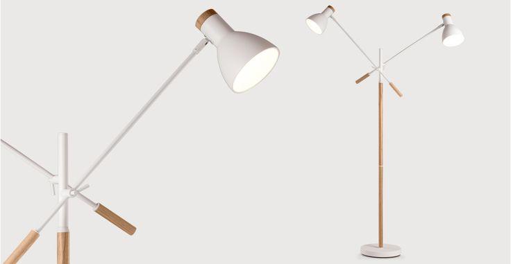 Cohen dubbele staande lamp in wit en naturel eikenhout   made.com