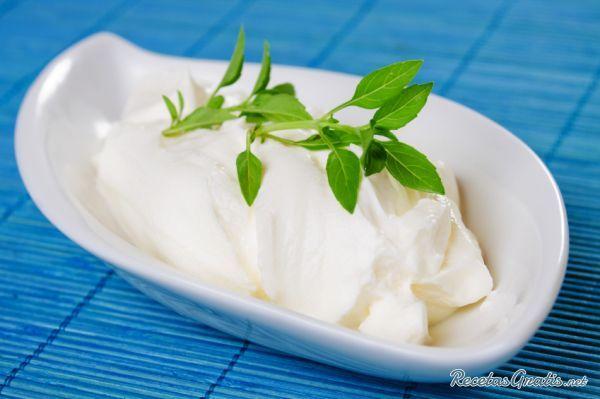 Aprende a preparar crema agria casera con esta rica y fácil receta.  ¿Te has topado con recetas que tienen entre los ingredientes crema agria, sour cream o crema...