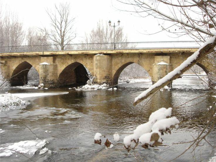 Puente de piedra de dieciséis arcos apuntados de Garray, Soria.  Construido en el siglo XVI sobre otros anteriores. Paso fundamental de la Cañada Real Soriana oriental y auténtica razón de ser de la localidad de Garray.