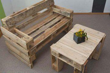 z palet je možné vyrobit jednoduchý zahradní nábytek