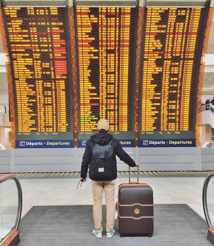 Thib à l'aéroport Roissy Charles de Gaule devant le tableau des départs. Destination Guadeloupe !