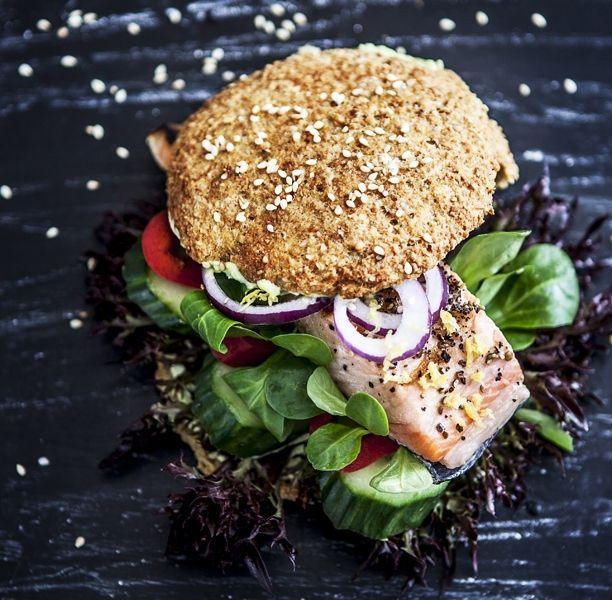 Lakseburger med avokado-mayo Skift den traditionelle hjemmelavet burger med oksekød ud med en sprød lakseburger suppeleret af en god avokado-mayo. Du finder opskriften på lakseburger her!