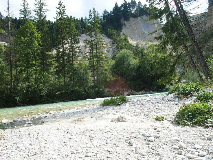 Isar Fluss kurz vor Mittenwald im Karwendelgebirge. Tolle Möglichkeiten zum Kajak fahren sowie Camping.