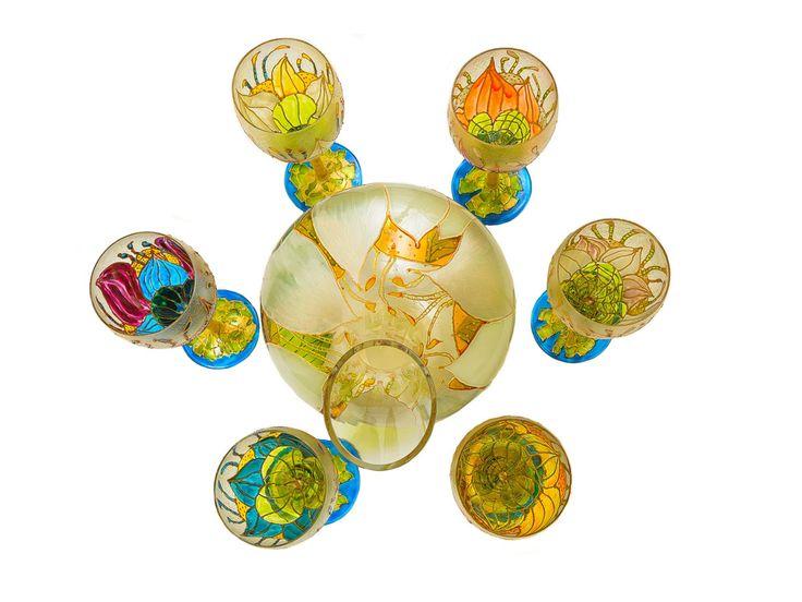 Setul este alcatuit dintr-un decantor si 6 pahare de vin alb pictate manual. Acest set este inedit prin unicitatea fiecarui pahar din cele 6 care-l compun.
