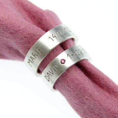 Sehr edel wirkt diese Variante meiner Eheringe, wo ich die Schrift geschwärzt und in den Damenring einen Rubin gefasst habe.  Die Oberfläche ist se...