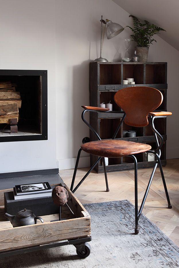 Une décoration industrielle dans un appartement parisien bourgeois chaise